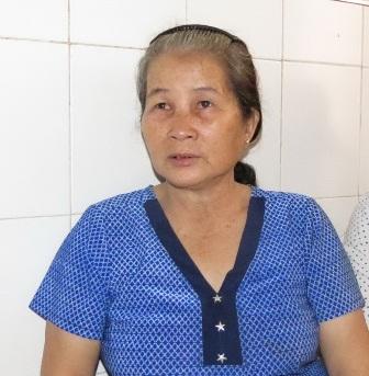 mẹ của sản phụ trình bày với phóng viên