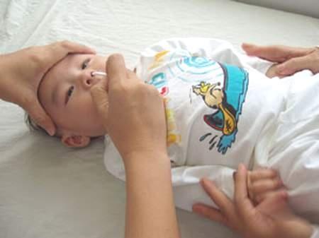 Video cách vệ sinh mũi cho trẻ sơ sinh đúng cách tại nhà