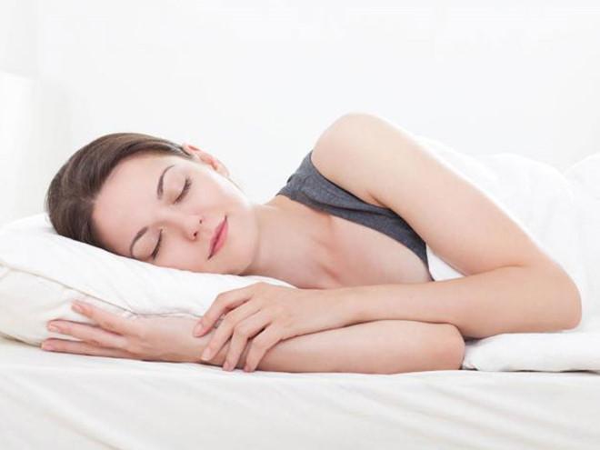 chăm sóc da mùa thu ngủ đủ giấc